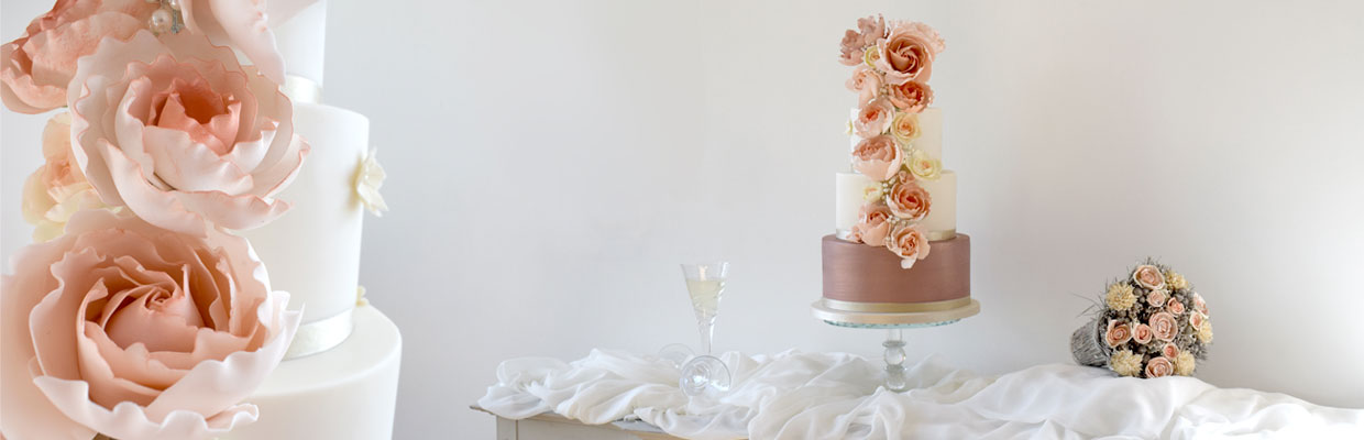 Roses cascade wedding cake by Mama Cakes