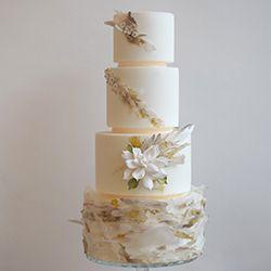 Mama Cakes Minimalist wedding cake with gold details